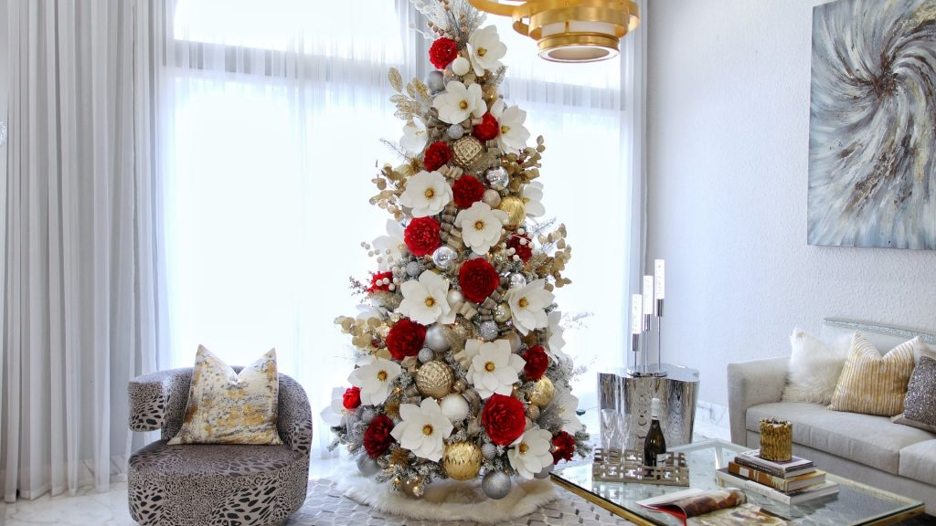 How to decorate a Christmas tree with paper flowers